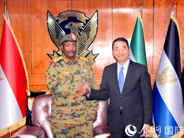 马新民大使(右)会见苏丹过渡军事委员会主席布尔汉